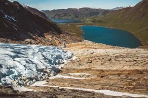 paesaggio sulle montagne e sul ghiacciaio svartisen paesaggio in norvegia foto