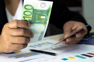 ragioniere asiatico che lavora e analizza il progetto di relazioni finanziarie foto