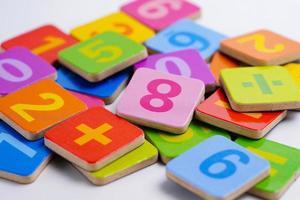 numero di matematica su sfondo bianco, apprendimento dell'istruzione foto