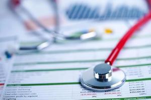 stetoscopio su carta millimetrata. dati commerciali del conto finanziario. foto