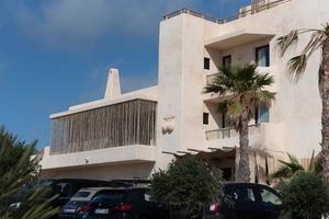 hotel casa pacha sulla spiaggia di es arenals a formentera, in spagna nell'estate del 2021 foto