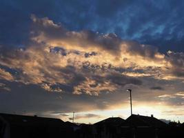 drammatico cielo blu con sfondo di nuvole foto