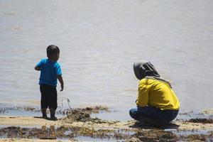 Sorong, Indonesia 2021- una madre e un bambino foto