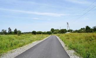 bella strada asfaltata vuota in campagna su sfondo colorato foto