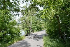 in piedi vecchio ponte di legno sul fiume in uno sfondo colorato foto