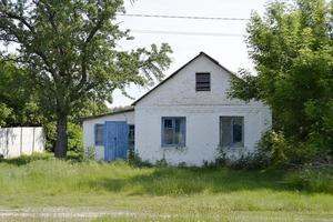 bellissimo vecchio edificio abbandonato fattoria in campagna foto