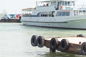 molo di legno contro la vista del porto turistico foto