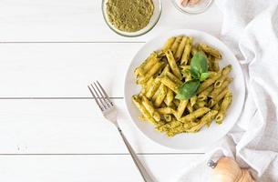 penne vegane in salsa di pesto di basilico vista dall'alto flat lay foto