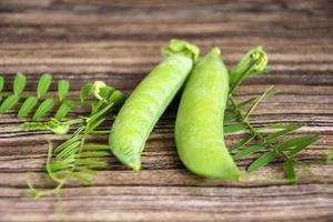 piselli verdi da vicino foto