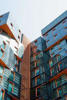 moderno appartamento o edificio per uffici con pareti di vetro nel centro della città foto