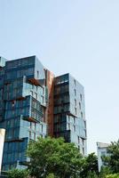 moderno appartamento o edificio per uffici nel centro della città con prato verde, soleggiata giornata estiva foto