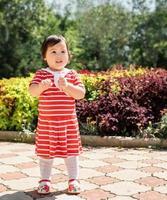 adorabile bambina asiatica che balla nel parco foto