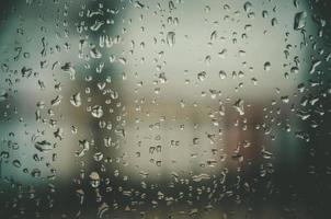 sfondo e carta da parati di gocce di pioggia e gocce d'acqua sulla finestra. foto
