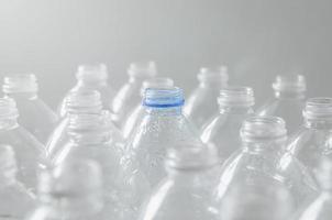 bottiglie vuote per riciclare, campagna per ridurre la plastica e salvare il mondo. foto