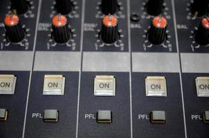 console mixer audio e mixaggio audio con pulsanti e cursori. foto