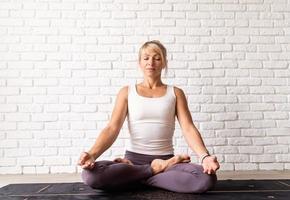 donna attraente che pratica yoga, indossa abbigliamento sportivo foto