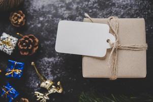 scatole regalo con piccoli regali su cemento nero foto
