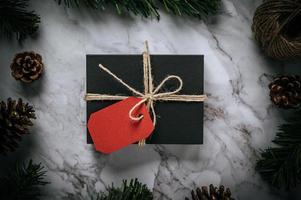 scatole regalo con piccoli regali su cemento bianco foto
