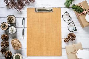 mock up con occhiali, penne, cactus, scatole regalo e tavole foto