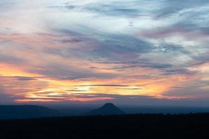 cielo drammatico e vista sulle montagne all'alba foto