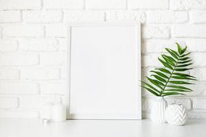modello di poster mock up con vasi e foglie bianchi foto