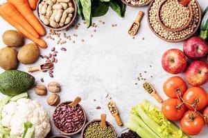 vista dall'alto di cibo sano su sfondo di marmo bianco foto