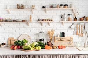 primo piano del tavolo con verdure verdi in cucina foto