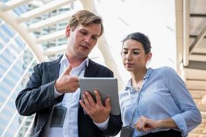 ritratto di uomo d'affari e donna che usa tablet foto