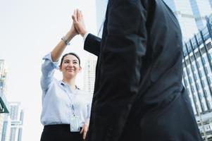 uomo d'affari e donna che fanno il cinque. concetto di lavoro di squadra di affari. foto