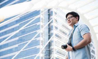 i turisti asiatici sono in piedi, scattano foto con un turista