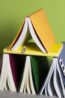 chiudere la pila di libri colorati foto