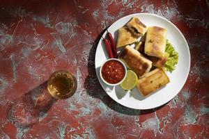pasto delizioso con assortimento di sambal foto