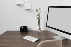 disposizione della scrivania ad alto angolo con laptop foto