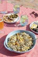 la tradizionale disposizione dei piatti gulas foto