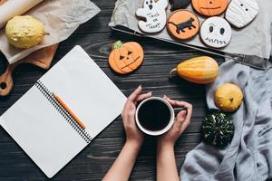 ragazza con una tazza di caffè, pan di zenzero per halloween foto