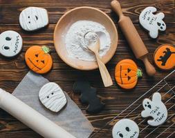 biscotti freschi del pan di zenzero di halloween sulla tavola di legno. foto