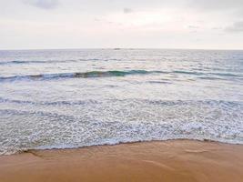 bellissimo panorama soleggiato dalla spiaggia di bentota in sri lanka. foto