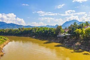 città di luang prabang in laos panorama del paesaggio con il fiume mekong. foto
