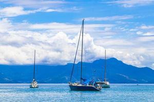 barche navi e gite in barca abraao beach ilha grande brazil. foto