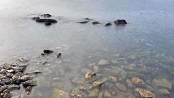 scogliere sul mare e paesaggio marino foto
