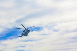 elicottero militare sorvola il traghetto e il mare hirtshals danimarca. foto