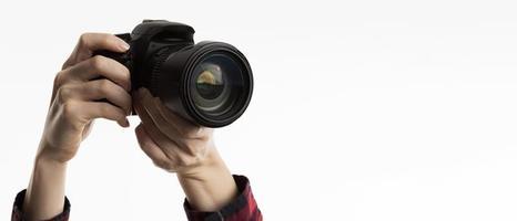 vista frontale mani che tengono la fotocamera. risoluzione e bella foto di alta qualità