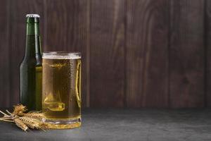 bicchiere con copia di birra spazio 2. risoluzione e bella foto di alta qualità