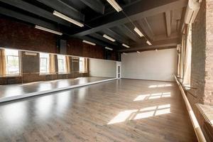 studio di danza a specchio lungo. risoluzione e bella foto di alta qualità
