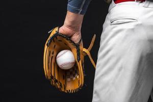 vista posteriore uomo che tiene il guanto con il baseball. risoluzione e bella foto di alta qualità