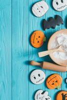 biscotti freschi del pan di zenzero di halloween sulla tavola di legno blu. foto