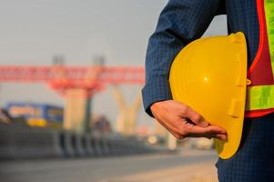 ingegnere architetto che tiene il fondo della costruzione stradale del casco foto