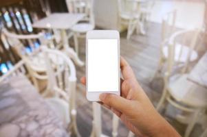 primo piano delle mani delle donne che tengono il telefono cellulare vuoto foto