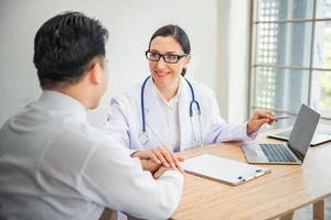 il medico è incoraggiante e la consultazione sanitaria per il paziente foto