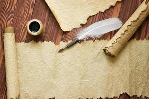 vecchia carta, pergamena e penna d'oca su carta di legno con copia spazio foto